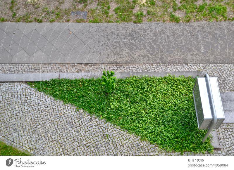 Ordentlicher Fensterblick. Wohnhaus Vorgarten Briefkasten Briefkastenanlage Grünfläche Bürgersteig Fußweg Straßenbelag Straßenrand Pflasterweg Nieselregen