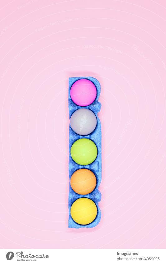 Ostereier konzept Blau Eierkarton Schachtel pastell rosa Hintergrund Bunt Ostern minimal minimalistisch vertikal top view Kunst Karton Feier Nahaufnahme