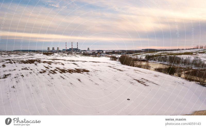 Luftaufnahme eines Kraftwerks im Abendlicht. Städtische Industrielandschaft im Vorfrühling. Schneeschmelze, Jahreszeitenwechsel Fabrik Umwelt Pflanze