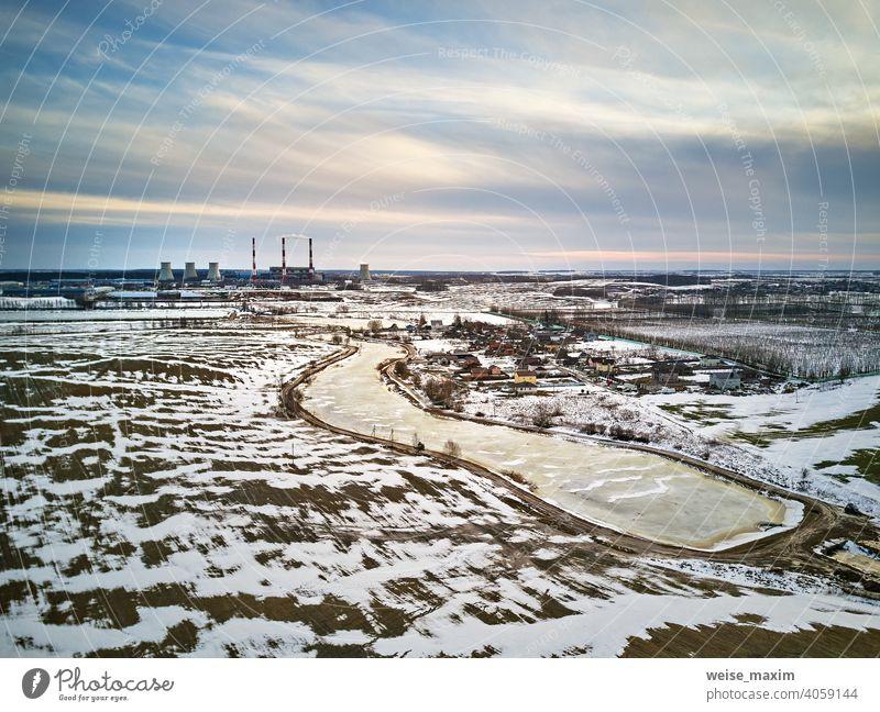 Schneeschmelze, Jahreszeitenwechsel. Gaskraftwerk in der Nähe der großen Stadt Minsk, Weißrussland. Industrie Fabrik Umwelt Pflanze Verschmutzung Antenne Kraft