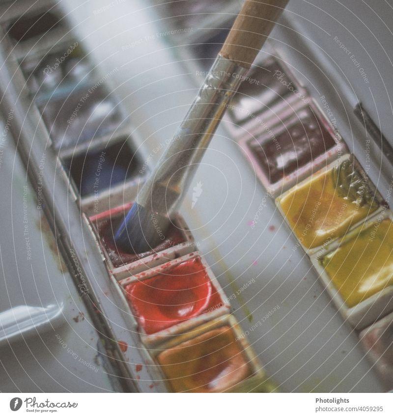 Geöffneter Aquarell Malkasten mit Pinsel Kreativität Wasserfarbe Nahaufnahme Farbe malen Innenaufnahme zeichnen Künstler Farbfoto Menschenleer Freizeit & Hobby