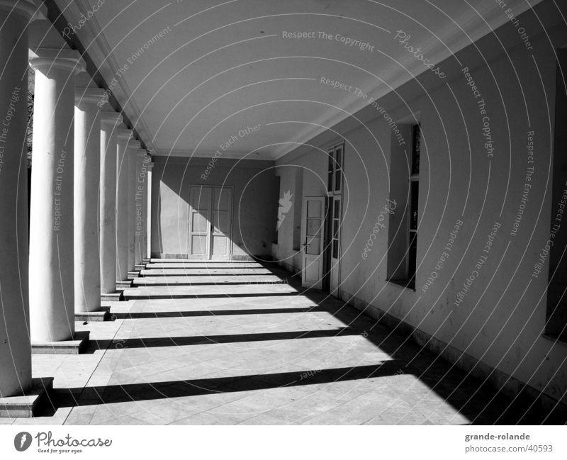 der Gang Licht diagonal Fluchtpunkt Marienbad Architektur Säule Schatten Schwarzweißfoto