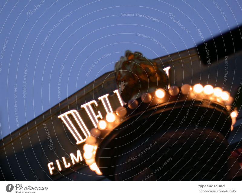 Filmlicht blau Berlin Stil Musik Filmindustrie Konzert Reichtum Theaterschauspiel Kino Typographie Nachtleben klassisch Symbole & Metaphern