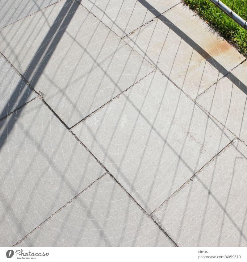 Geschichten vom Zaun (93) verkehr sonnig linien zaun gehwegplatten wiese begrenzung bauzaun muster struktur baustelle Vogelperspektive gitter