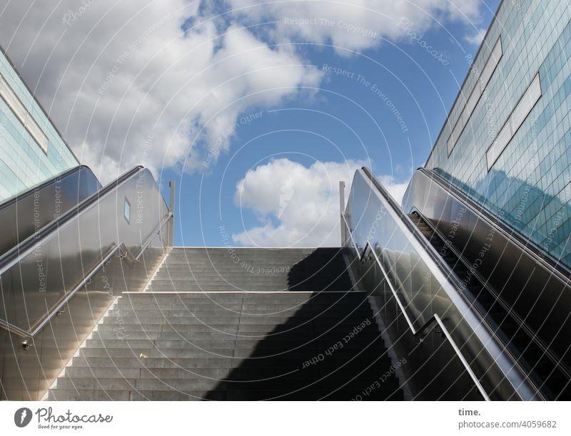 urban underworld treppe rolltreppe service technik sonnig schatten himmel wolken froschperspektive frisch gebäude architektur wand spiegelung reflexion