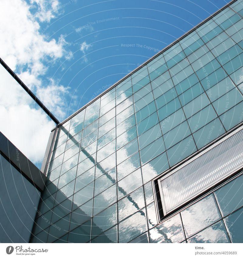 fiese Fliese gebäude architektur urban kacheln fliesen sonnig glas schatten himmel wolken froschperspektive frisch wand spiegelung reflexion menschenleer einsam