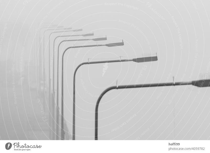 Straßenlaternen im Nebel an einer Schleuse Nebelstimmung Nebelschleier Nebelmeer Nebelbank Laterne Straßenbeleuchtung fluss Nebelwand Tristesse trist