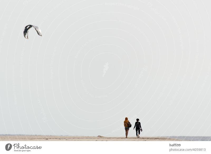 Ein Kite Segel und zwei Menschen am Strand Kitesurfer Partner Erholung Zusammensein Natur Küste Wasser Meer Atlantic Ocean atlantischer ozean Wüste Dühne
