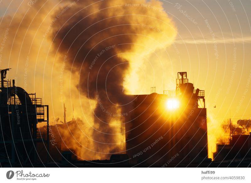 Sonnenaufgang, Sonnenuntergang mit Emissionen einer Industrieanlage Emmission CO2-Ausstoß Feinstaub Kohlendioxid Umweltverschmutzung Wasserdampf Chemieindustrie
