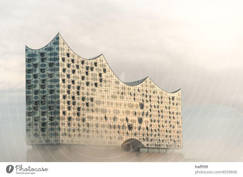 nebligen Morgen mit Sonne und schwebender, moderner Architektur Elbphilharmonie Nebel Nebelschleier Wahrzeichen Hamburg außergewöhnlich Fassade Kultur
