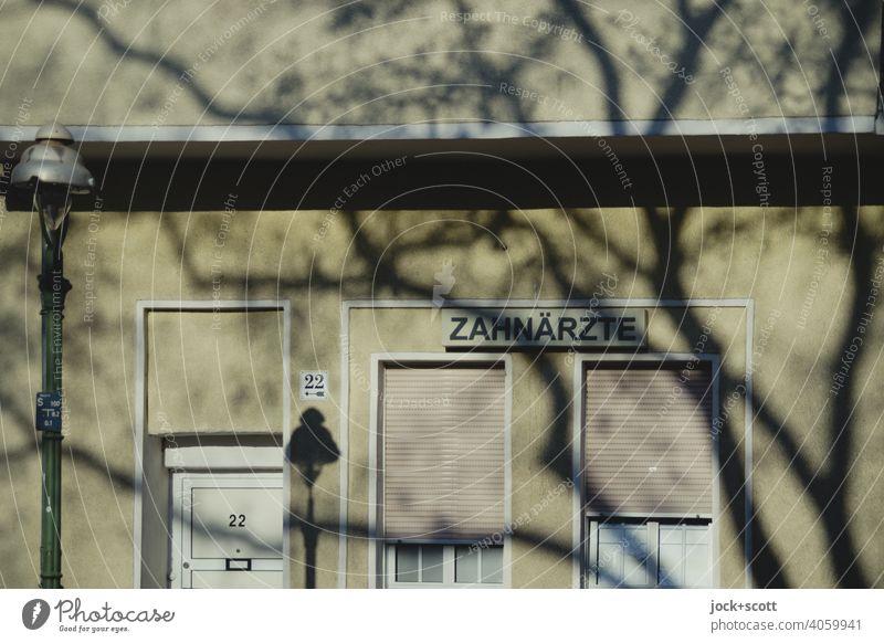 ZAHNÄRZTE mit Licht und Schatten Wort Fassade Schattenspiel Silhouette Strukturen & Formen Sonnenlicht Großbuchstabe Schilder & Markierungen Zahnarzt Praxis