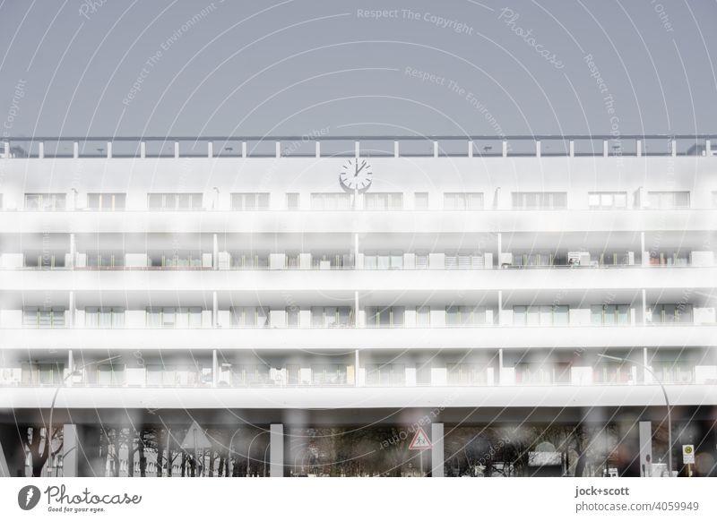 doppeltes weißes Haus der Moderne Wohnhaus Fassade Laubengang Balkon Symmetrie Reinickendorf Strukturen & Formen Berlin Moderne Architektur weiße Stadt Fenster
