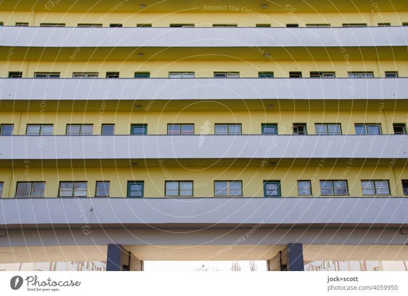 Haus der Moderne mit farblichen Akzenten Wohnhaus Fassade Laubengang Balkon Symmetrie Reinickendorf Strukturen & Formen Berlin Moderne Architektur weiße Stadt
