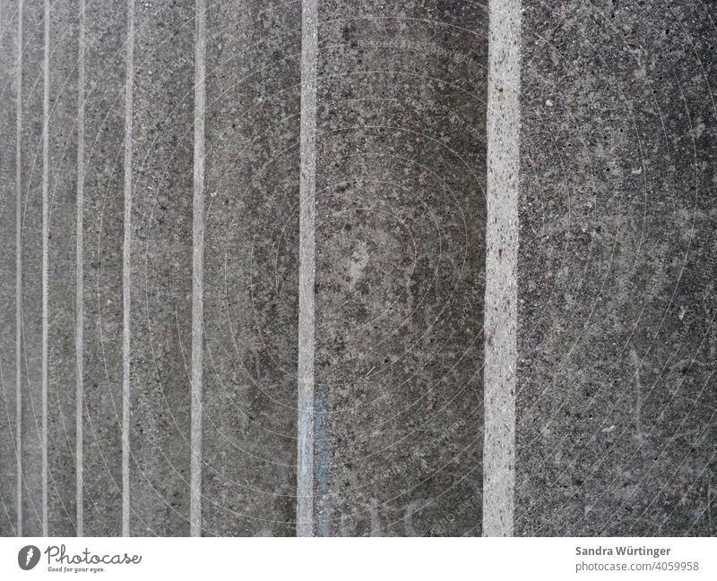 Muster von grauen, parallel stehenden Betonwänden Stadt urban Betonwand Außenaufnahme Wand Architektur trist kalt Farbfoto Mauer Strukturen & Formen abstrakt