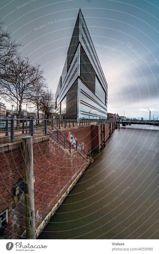 Scheitelpunkt - Hafenkante Hamburg Hafencity Kaimauer ZDF Elbe Gebäude Dreieck Oberbaumbrücke verspiegelt Spiegel Glas modern Spitze