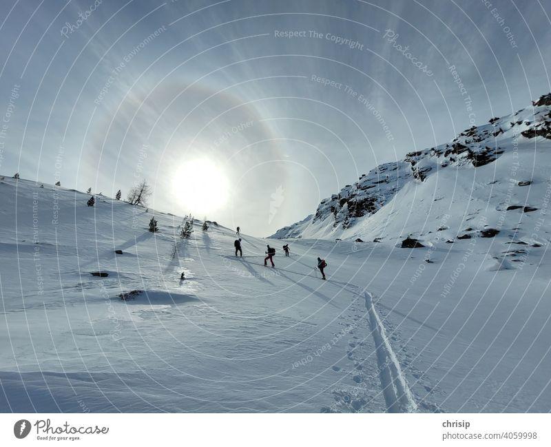 Skitour der Sonne entgegen aufstiegsspur Schneespur Winter Wintersport Winterlandschaft Sport tourengehen tourengeher Sonnenlicht Ring Himmel Natur natürlich