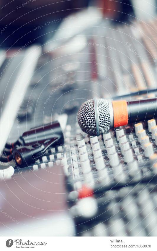Warten auf den Einsatz - die Mischung machts Mikrofon Mischpult Veranstaltung Konzert Podcast Hörspiel Aufnahme Musik Unterhaltungsbranche Entertainment Technik
