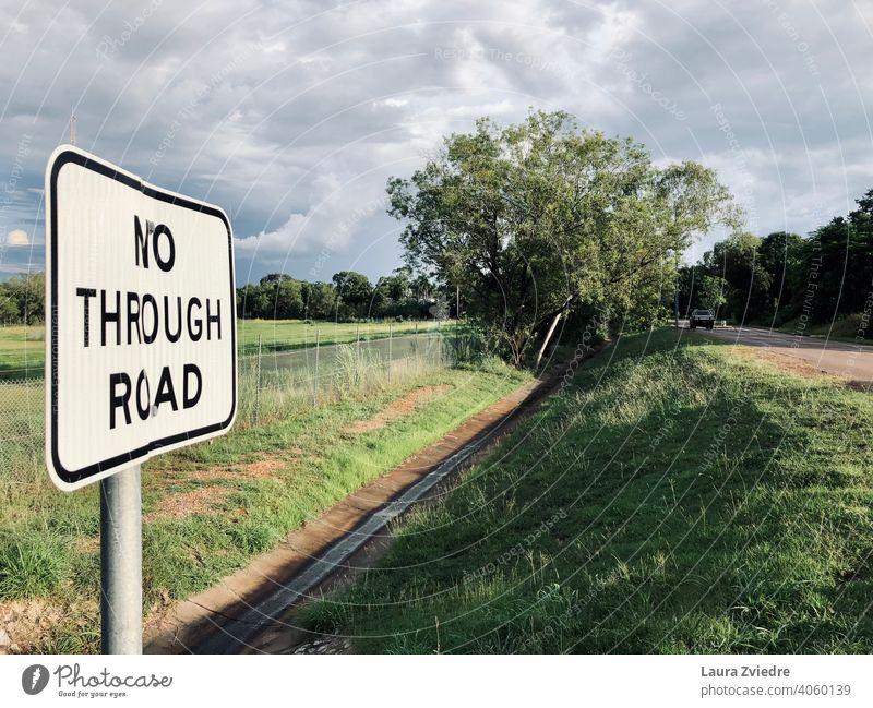 Durchfahrtsverbotsschild ist etwas verbogen Verkehrsschild Straße Verkehrssteuerung Straßenverkehr Schilder & Markierungen Warnschild Verkehrswege Hinweisschild