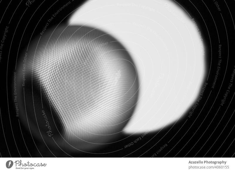 Abstraktes augenförmiges Objekt in Schwarz und Weiß. 3d abstrakt Hintergrund Strahl schwarz schwarzer Minimalismus blau Unschärfe verschwommen