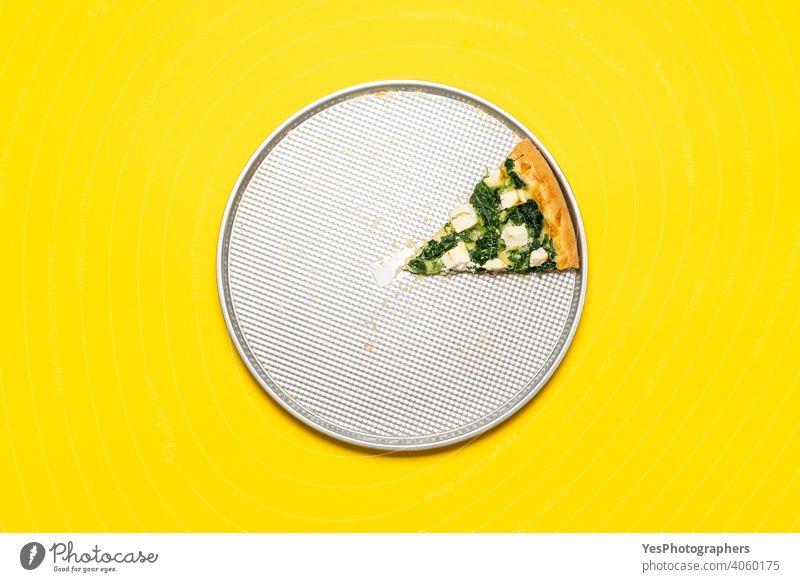 Scheibe vegetarische Pizza auf einem Tablett, Ansicht von oben auf einem gelben Hintergrund. obere Ansicht gebacken Tabelle Käse Kruste Küche ausschneiden