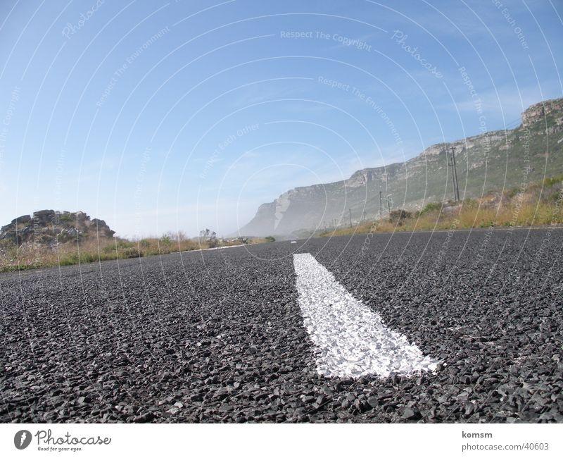 Straße 01 grau fahren Straßenrand grün weiß Linie Verkehr Perspektive Flucht Natur Landschaft Ferien & Urlaub & Reisen Himmel blau Außenaufnahme