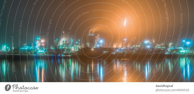 Industrielandschaft mit dem Rhein und den chemischen Produktionsanlagen in Ludwigshafen von Mannheim aus gesehen. Fackel Flamme brennend Brandwunde Dampfknacker