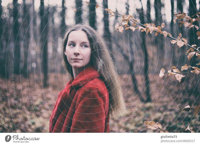 Porträt eines langhaarigen Teenager Mädchens mit roter Felljacke im Herbstwald Jugendliche 13-18 Jahre Pubertät Junge Frau natürlich schön trendy Identität