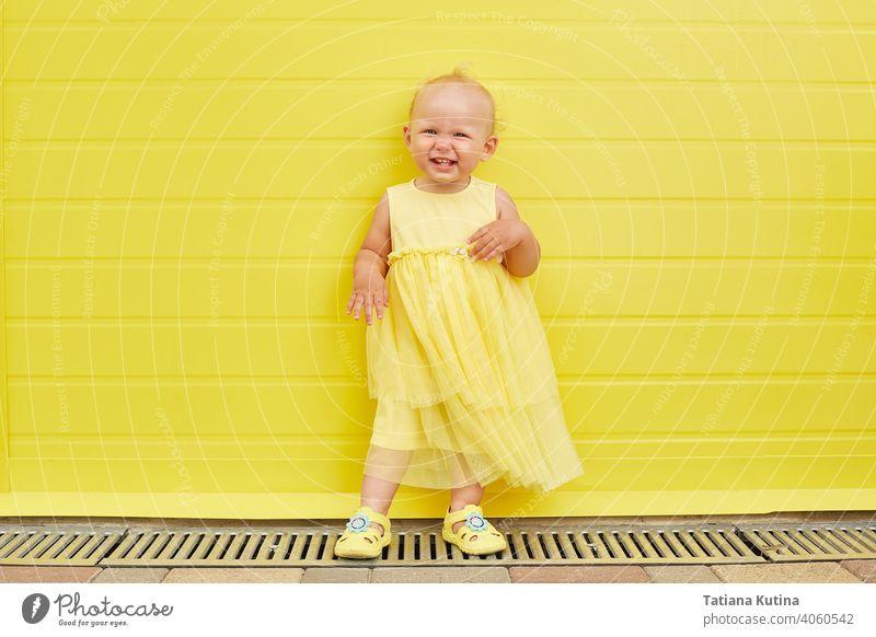 Adorable Kleines Mädchen lächelnd auf gelbem Hintergrund. Kind Spaß Kindheit niedlich Glück wenig Kleinkind heiter Lächeln Porträt Ausdruck bezaubernd jung