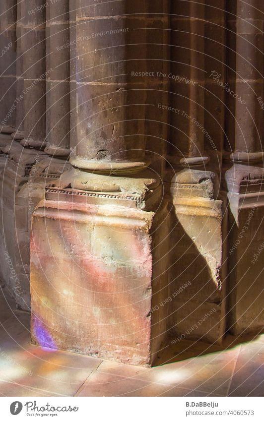 Auf die Kirchensäulen fällt das farbige Lichtspiel der opulenten Bleiglasfenster. Säule Menschenleer Dom Religion & Glaube Farbfoto Säulen Lichteinfall