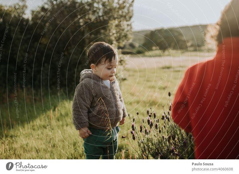 Bruder und Schwester spielen im Freien Geschwister Familie & Verwandtschaft Frühling Frühlingsblume Frühblüher Kind Kindheit 1-3 Jahre Kaukasier Zusammensein