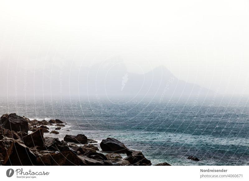 Regen und Nebel über der See auf den Lofoten lofoten meer küste regen wasser urlaub wellen nebel wind sturm felsen berge felsenküste gebirge ozean nordatlantik