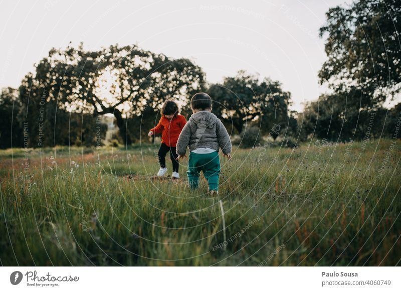 Bruder und Schwester spielen im Freien Geschwister Familie & Verwandtschaft Kind Kindheit Lifestyle Außenaufnahme Kleinkind Freude Fröhlichkeit Farbfoto Mensch