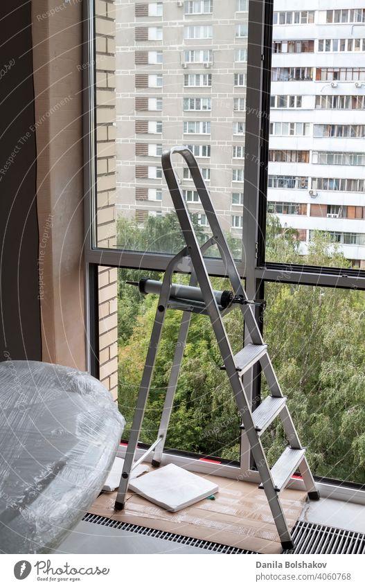 Stehleiter am Fenster mit entferntem Glas in der Wohnung Aluminium Appartement Gebäude bequem Konstruktion Element Gerät Anwesen Stock Rahmen heimwärts Haus