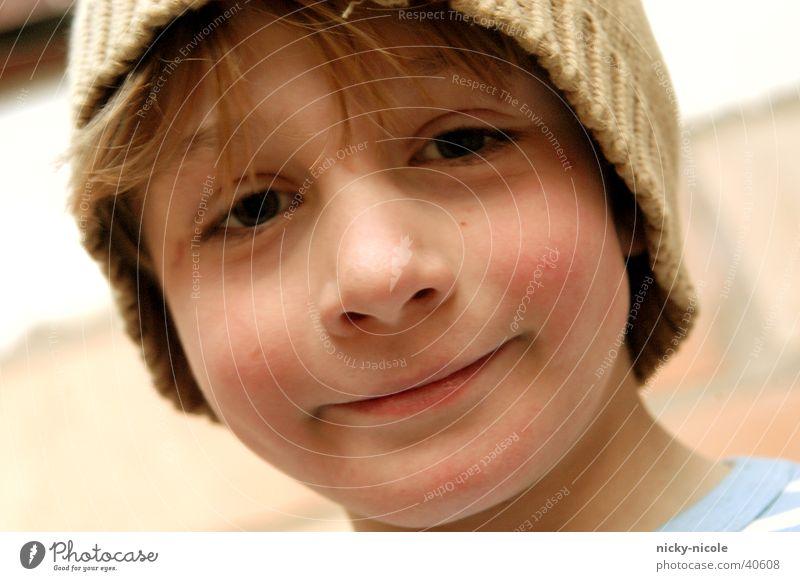 junge mit mütze Kind Jugendliche Sommer Auge Graffiti Junge lachen Freundlichkeit Hut Mütze grinsen beige Wollmütze