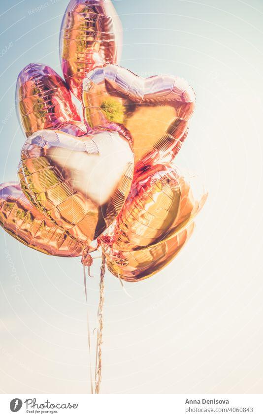 Bunch of Heart shaped Ballons auf den Himmel Hintergrund Luftballon Herz Form rot blau Farbe Liebe Geschenk romantisch Haufen Geburtstag weiß Feier feiern Air