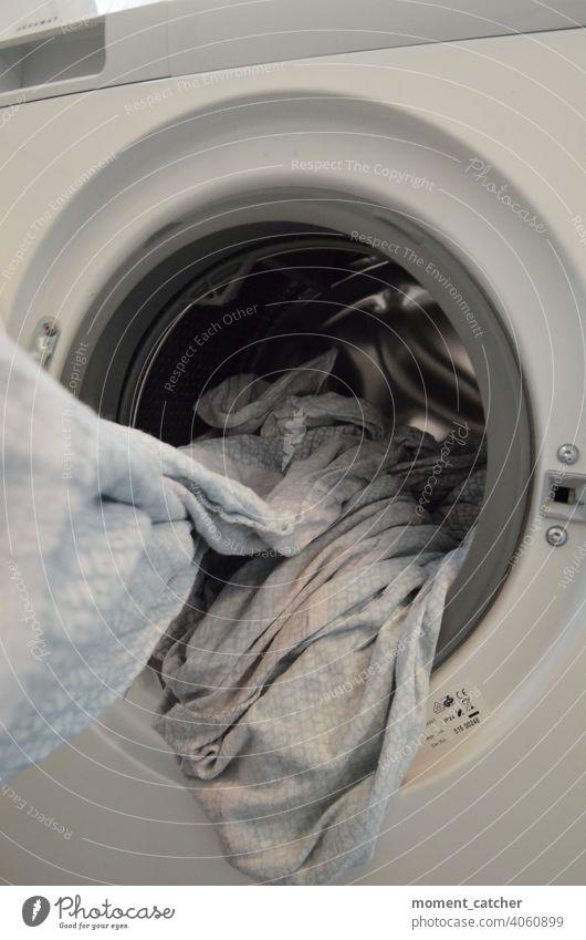 Frischgewaschene Wäsche wird aus der Waschmaschine gezogen Wäscherei Waschtag Wäsche waschen Haushalt Frühjahrsputz Sauberkeit Bettwäsche Alltagsfotografie
