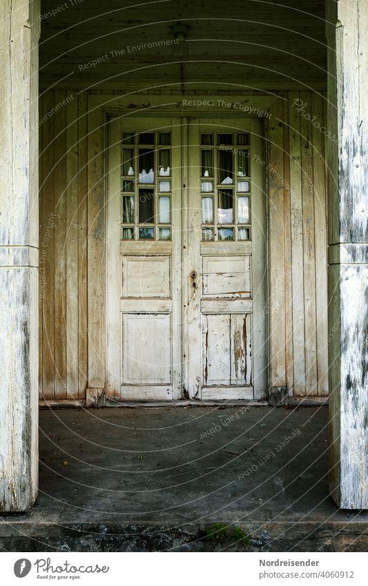 Geheimnisvolle Tür an einem alten Holzhaus tür architektur holz eingang bauwerk patina haustür geheimnisvoll mystisch mystik spannung vintage wand hölzern