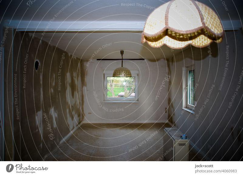 ein Wohnzimmer wird renoviert Zimmer Raum leer Wohnung kahl Innenarchitektur Fenster Heizkörper Renovieren Deckenlampe Wände Baustelle Wandel & Veränderung