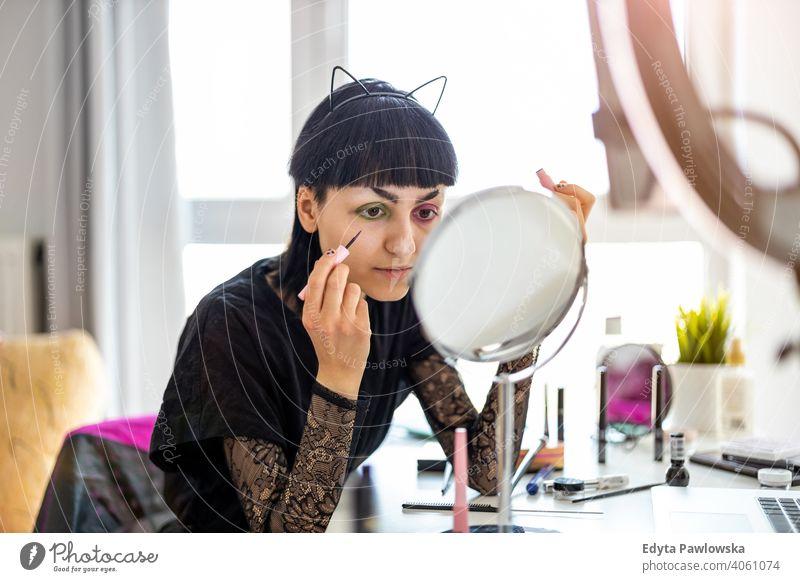 Junge Gender-Fluid-Person, die Make-up zu Hause aufträgt Vielfalt echte Menschen nicht-binär geschlechtsfluid Gender-Fluidität lgbt Gleichstellung