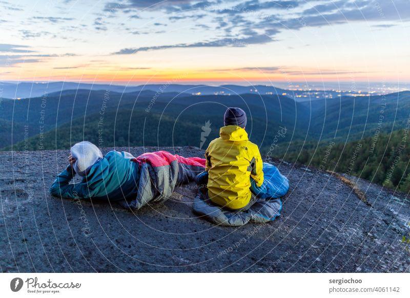 Träumer in der Nacht Sommer Himmel Sonnenuntergang Skyline Deckenbeleuchtung Abend Wolken im Freien träumen anstarrend Tourist Nachttisch Dämmerung Berge