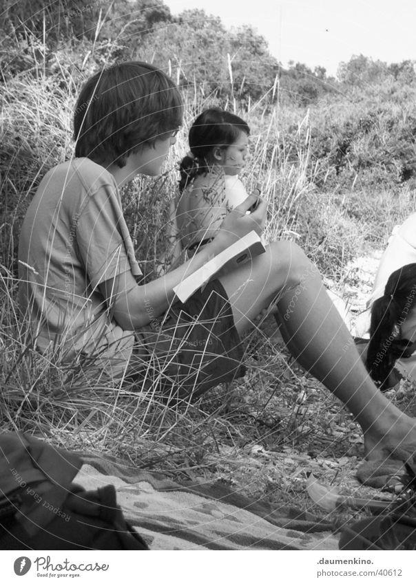 Gedanken Mann Jugendliche Baum Ferien & Urlaub & Reisen Strand ruhig Einsamkeit Gras Stein Denken T-Shirt Konzentration Hemd Tuch