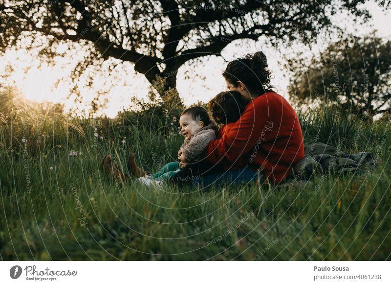 Mutter umarmt zwei Kinder im Freien Mutterschaft Muttertag Mutterliebe Kaukasier Familie & Verwandtschaft Liebe Zusammensein Zusammengehörigkeitsgefühl Umarmung