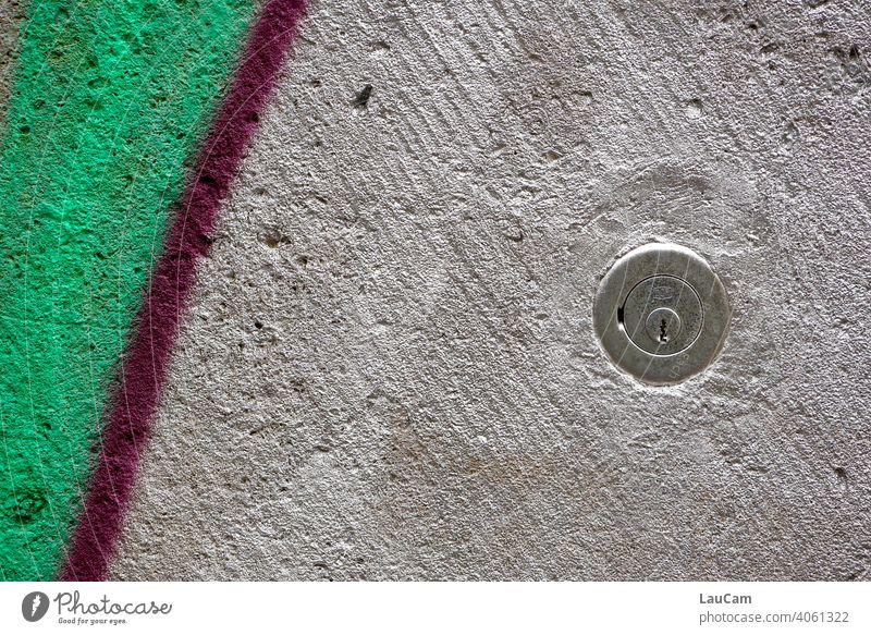 Silbernes Schloss auf silbergrünem Hintergrund silbern Schlüssel Schlüsselloch Wand farbiger Hintergrund farbige Wand Graffiti grafitti abstrakt Strich Mauer