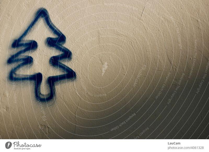 Blauer Tannenbaum als Graffiti auf heller Hauswand mit Schatten grafitti graphical abstrakt abstract Spray sprayen blau Weihnachten Weihnachtsbaum Natur Kunst