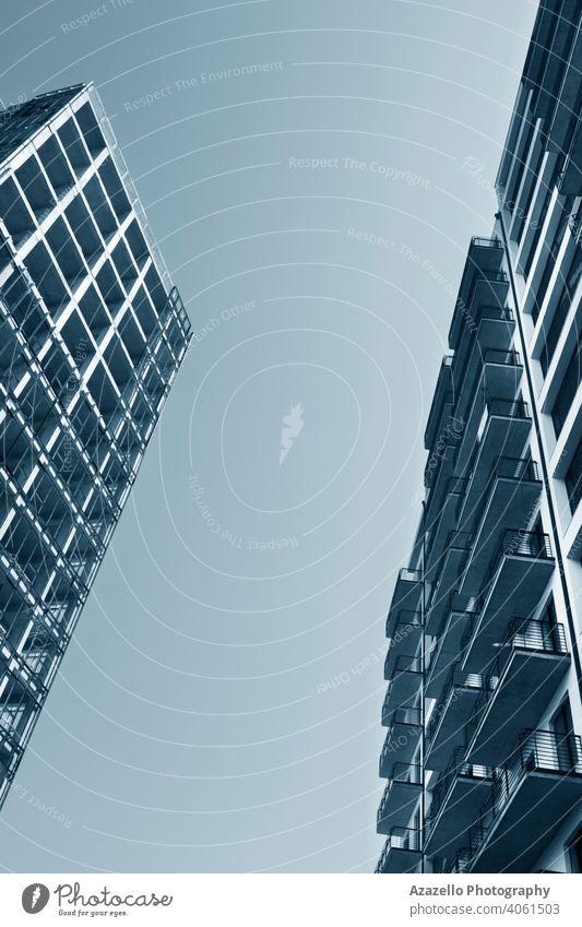 Zwei mehrstöckige Gebäude stehen sich gegenüber. abstrakt Appartement Architektur Hintergrund Balkone blau Business Kurhaus Großstadt Stadtbild