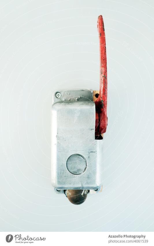 Vintage-Notbremse mit rotem Griff Alarm Antiquität Bremse übersichtlich Kultur Ausschnitt Gefahr Design Regie elektrisch Notfall Ausnahmezustand Gerät Europa