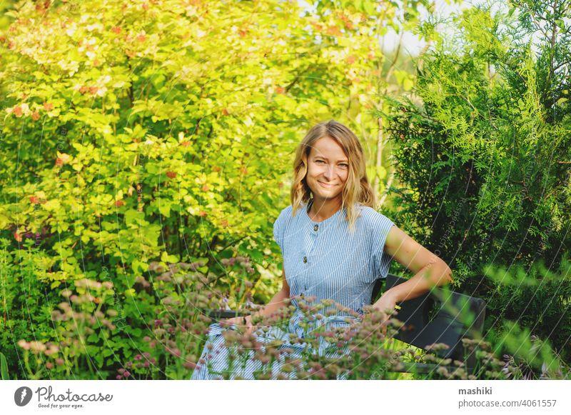 Frau Gärtnerin entspannt auf Holzbank in schönen Sommer Hütte Garten Gartenarbeit Pflanze Glück Kaukasier Lifestyle Landwirt aktiv Ackerbau Gesundheit Hinterhof