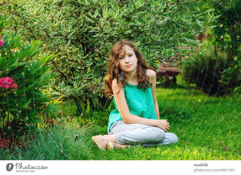Kind Mädchen zu Fuß und entspannen im Sommer schönen Garten Blume Natur Kindheit im Freien Glück Fröhlichkeit grün niedlich Spaß wenig Spielen Lächeln jung