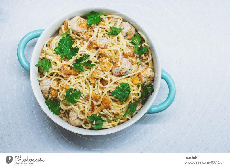 leckere italienische hausgemachte Pasta mit Pfifferlingen, Putenfleischbällchen und Sahnesauce Pilz Spätzle Lebensmittel Saucen Abendessen Mahlzeit Teller