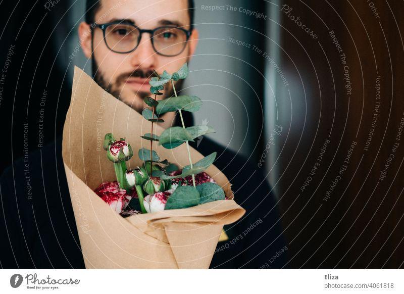 Mann mit Blumenstrauß Brille Bart Valentinstag Aufmerksamkeit Entschuldigung Danke Mitbringsel Schwiegersohn Muttertag Sohn Geburtstag Geschenk Eukalyptus